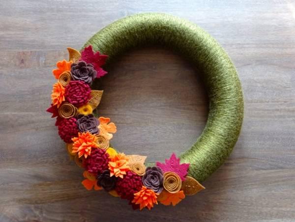 Осенний венок из фетра и ниток для вязания