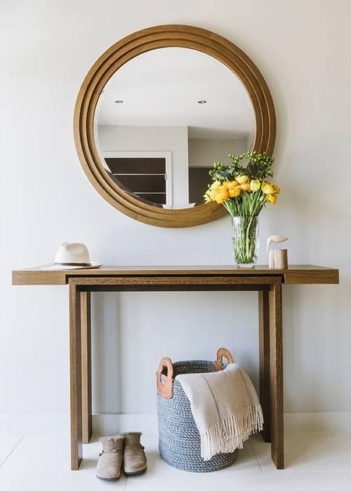 Круглое зеркало в прихожую с деревянной отделкой