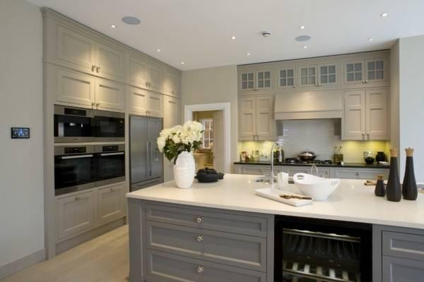 Модное сочетание цветов в интерьере - серый и бежевый - на кухне