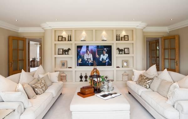 Ниша под телевизор и декор в гостиной