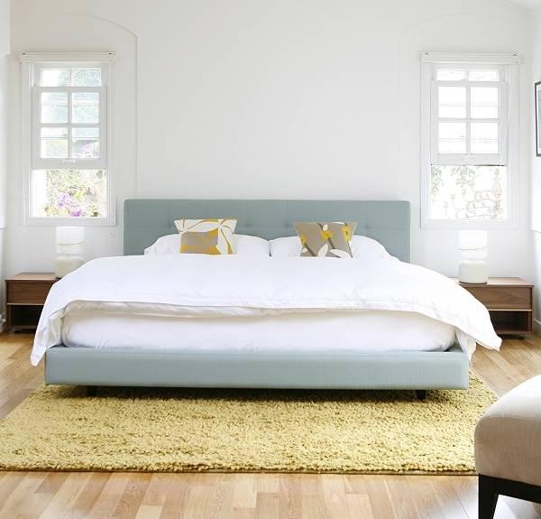 Кровать из ткани светло-голубого цвета