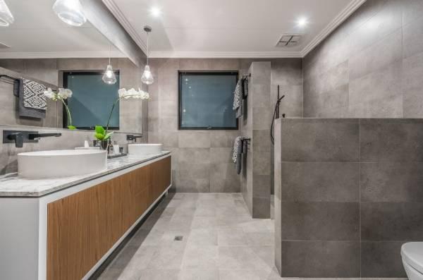 Роскошная современная ванная комната в стиле лофт - фото
