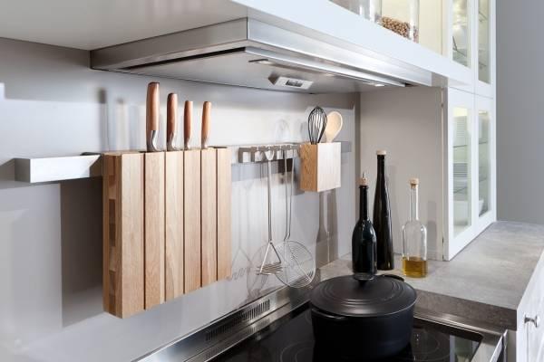Стильные металлические рейлинговые системы для кухни с деревом