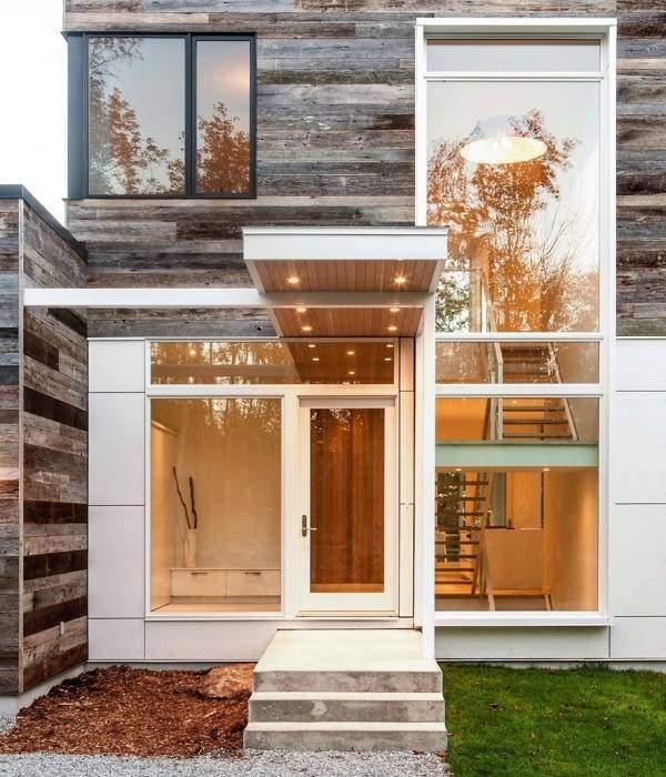 Маленькое современное крыльцо из бетона с красивым козырьком