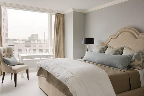 Сочетание серого и бежевого в интерьере маленькой спальни