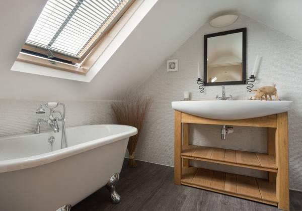 Красивая маленькая ванная комната в стиле лофт