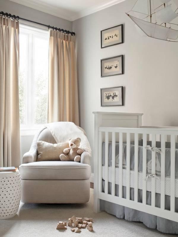 Сочетание белого и бежевого в интерьере детской комнаты с серым