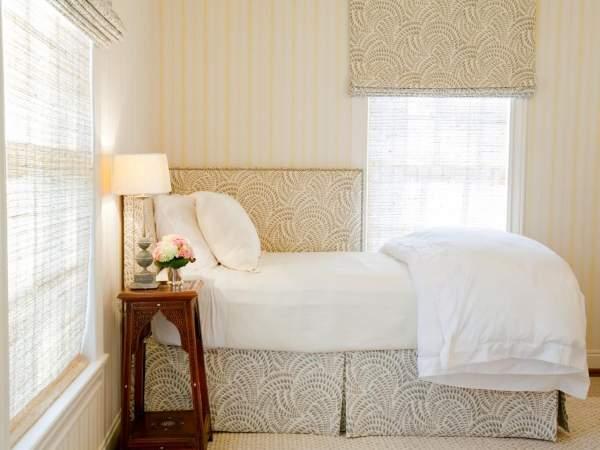 Угловая односпальная кровать с мягким изголовьем в спальне