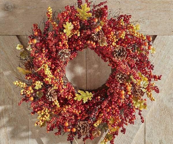 Осенняя поделка - венок из листьев и ягод