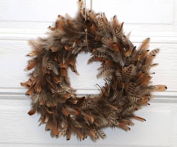 Креативный осенний венок - фото из перьев