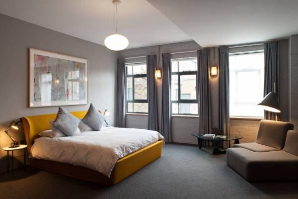 Современная кровать обитая тканью желтого цвета
