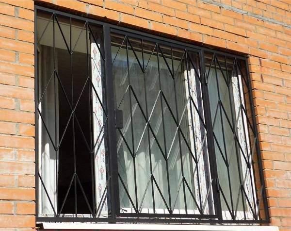 Металлические распашные решетки на окна первого этажа