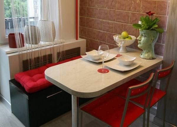 Маленькая обеденная зона на кухне с балконом