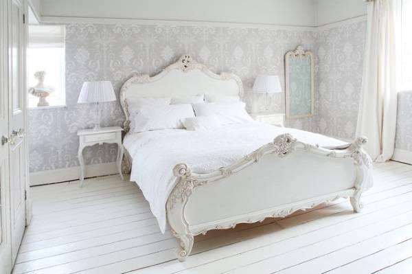 Нежные сиреневые обои в стиле прованс для спальни - фото