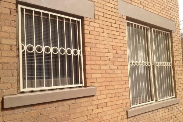 Сварные металлические решетки на окна в белом цвете