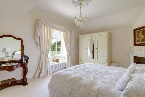 Современные шторы в спальню - фото в белом цвете