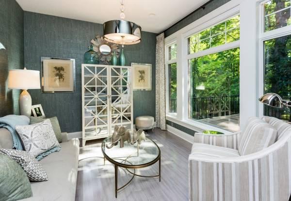 Какие шторы подойдут к зеленым обоям - фото гостиной