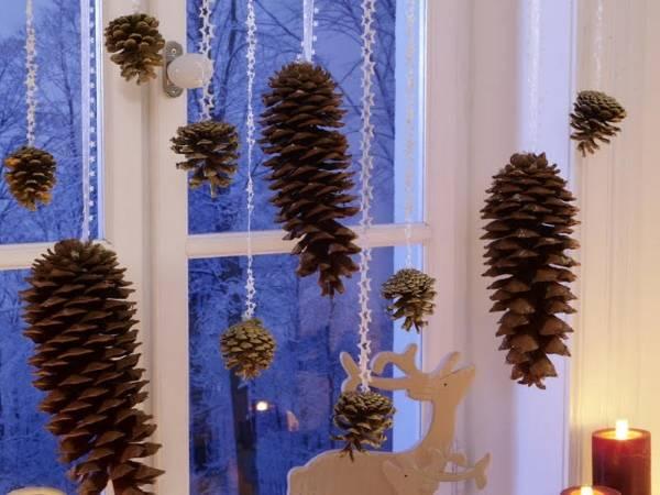 Новогоднее украшение окон в интерьере - фото с природными материалами