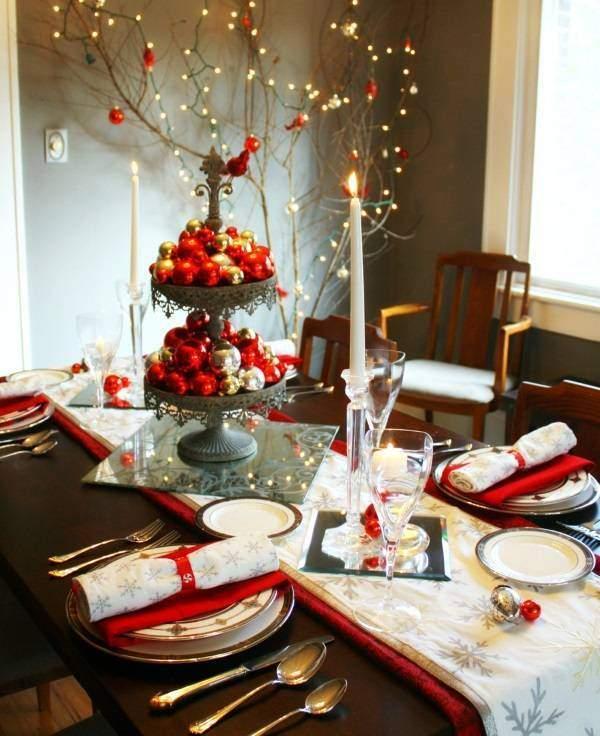 Интересное украшение новогоднего стола с ёлочными шариками