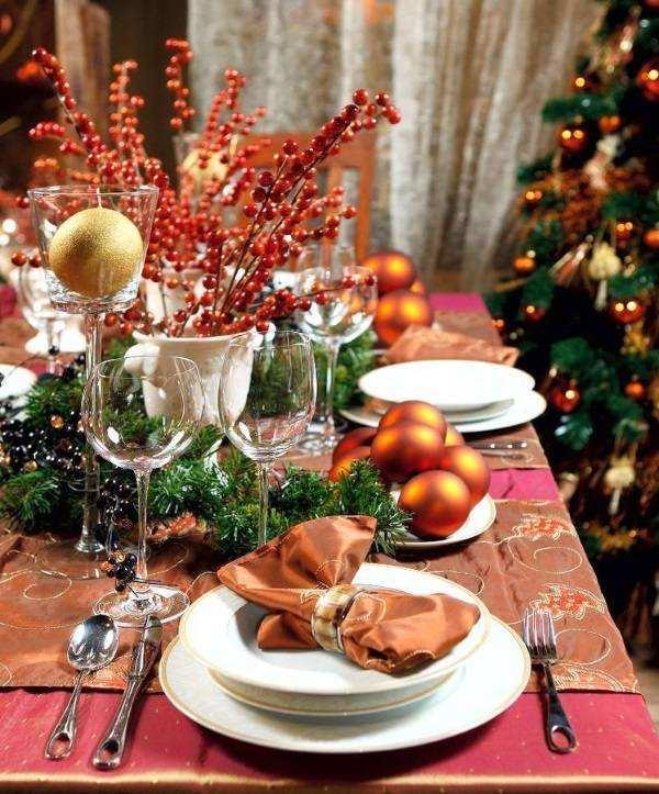 Декор новогоднего стола 2017 в ярких оттенках красного