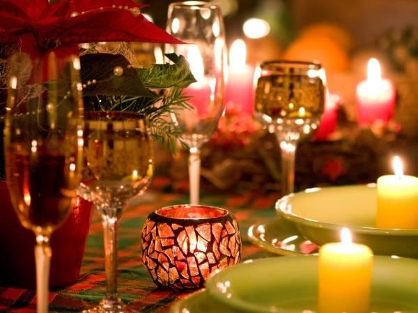 Красивые бокалы и свечи в декор новогоднего стола