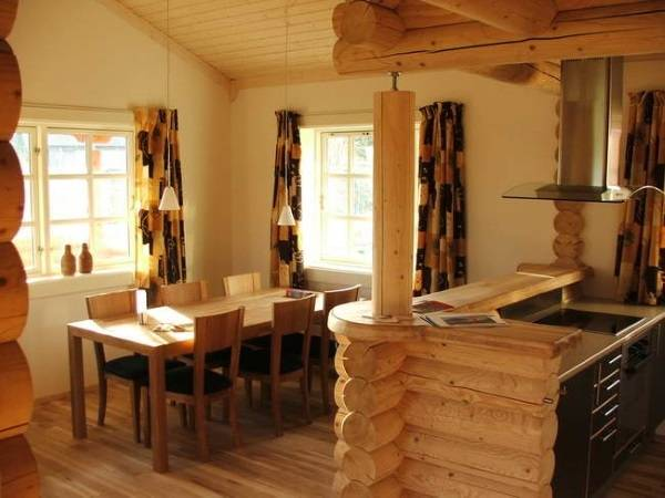 Кухня с барной стойкой внутри деревянного частного дома
