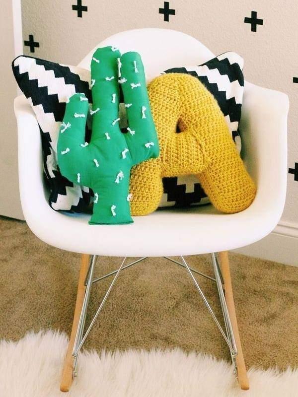 Яркие диванные подушки в интерьере - фото