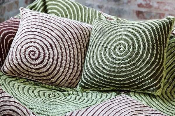 Декоративные подушки для дивана, связаные крючком