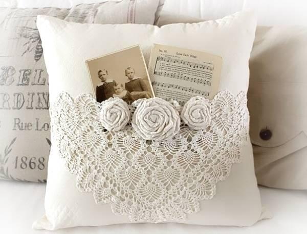 Ажурные вязанные подушки на диван, сделанные крючком