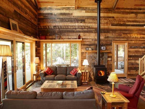 Интерьер деревянного дома из бруса внутри - фото гостиной