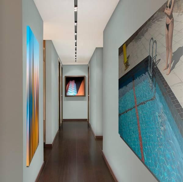 Оформление узкого коридора картинами