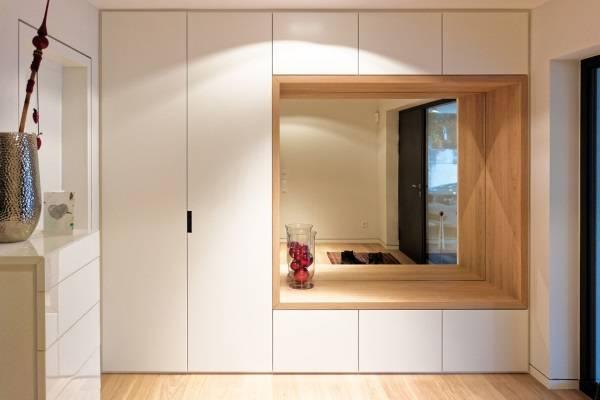 Дизайн встроенного шкафа в прихожую частного дома