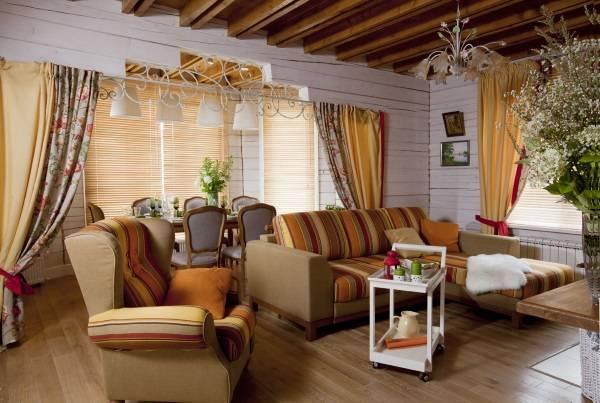 Отделка деревянного частного дома внутри - фото гостиной