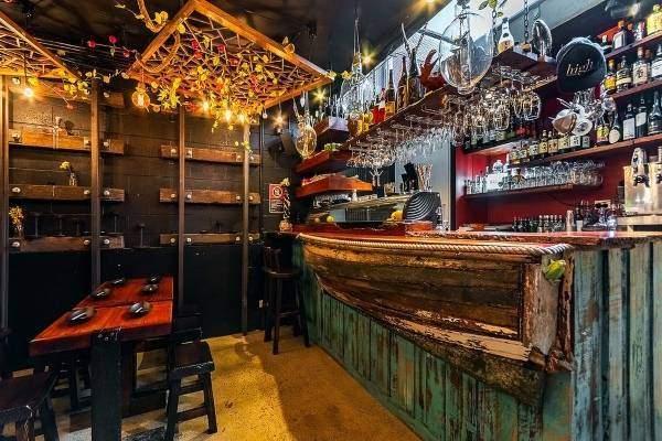Бар кафе Mamasan в старинном восточном стиле