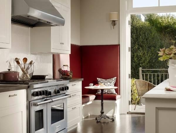 Обеденная зона на кухне - дизайн в красно-белых тонах