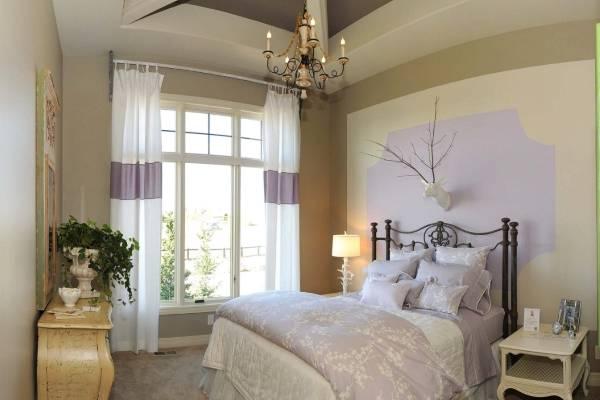 Легкие шторы в спальню в стиле прованс в белом и сиреневом цвете