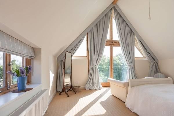 Дизайн штор в спальню с балконом - фото в голубом цвете