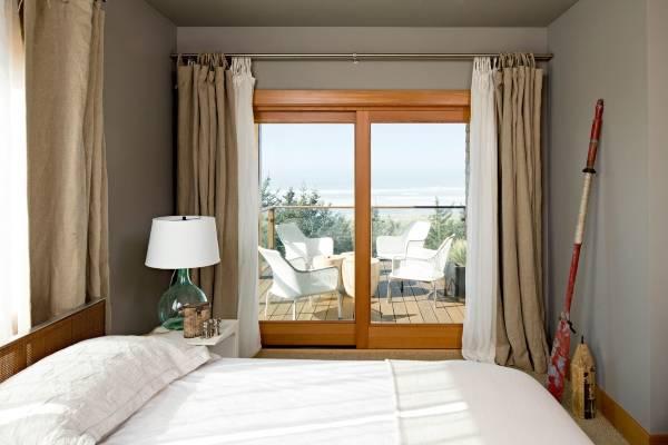 Белые и бежевые шторы в спальню - дизайн фото новинки