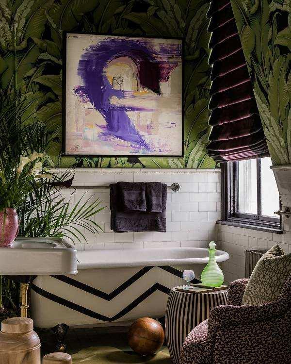Сочетание зеленых обоев для стен и фиолетовых штор