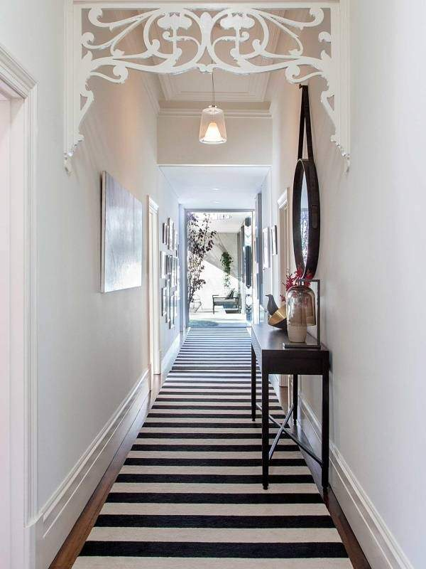 Дизайн узкого длинного коридора в квартире с ковровой дорожкой