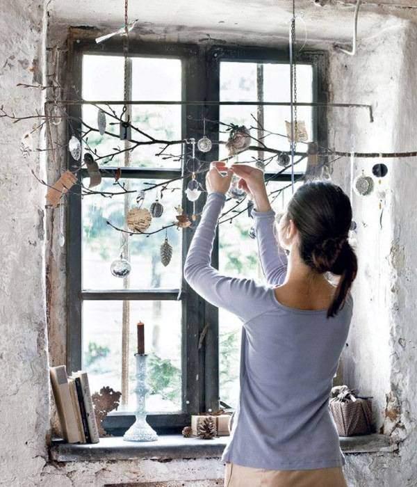 Как украсить окно к Новому году - необычные идеи с ветками