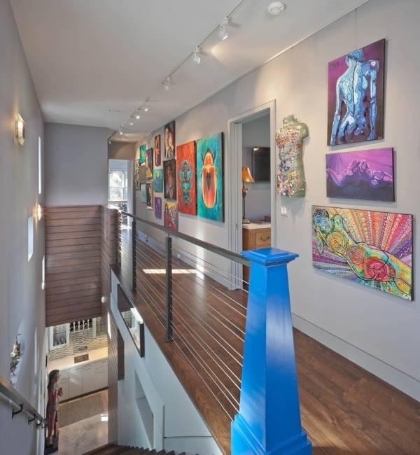 Как оформит длинный коридор в частном доме