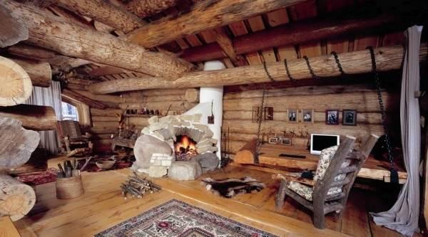 Деревянный дом внутри в стиле кантри с печью-камином