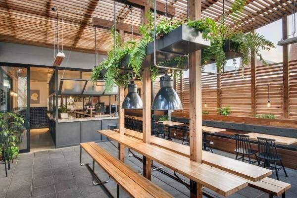 Современный дизайн кафе Whistle & Flute в промышленном и эко стиле