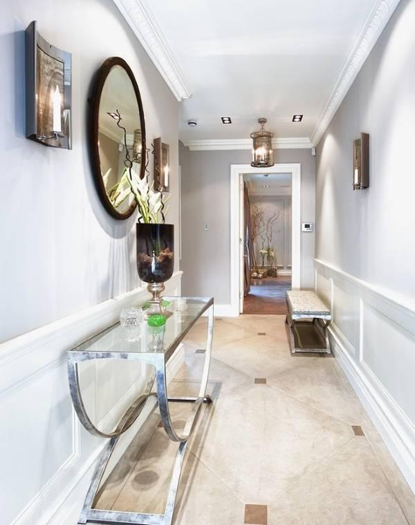 Стол консоль с зеркалом в дизайне узкого коридора