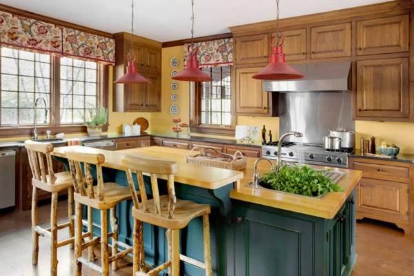 К каким обоям подойдут шторы с рисунком - фото кухни