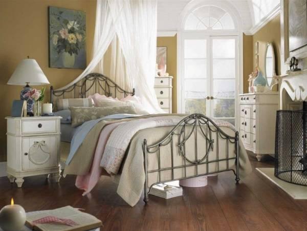 Кованая кровать в стиле прованс в интерьере