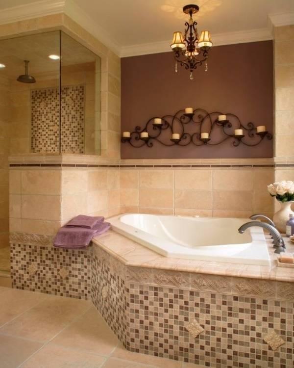 Шикарный кованый подсвечник на стене в ванной