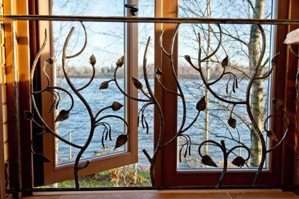 Кованые решетки на окна - фото внутри дома