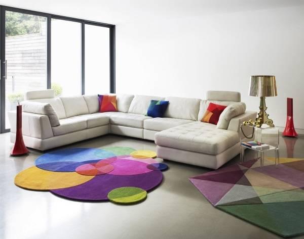 Современные ковры в гостиную с геометрическими узорами